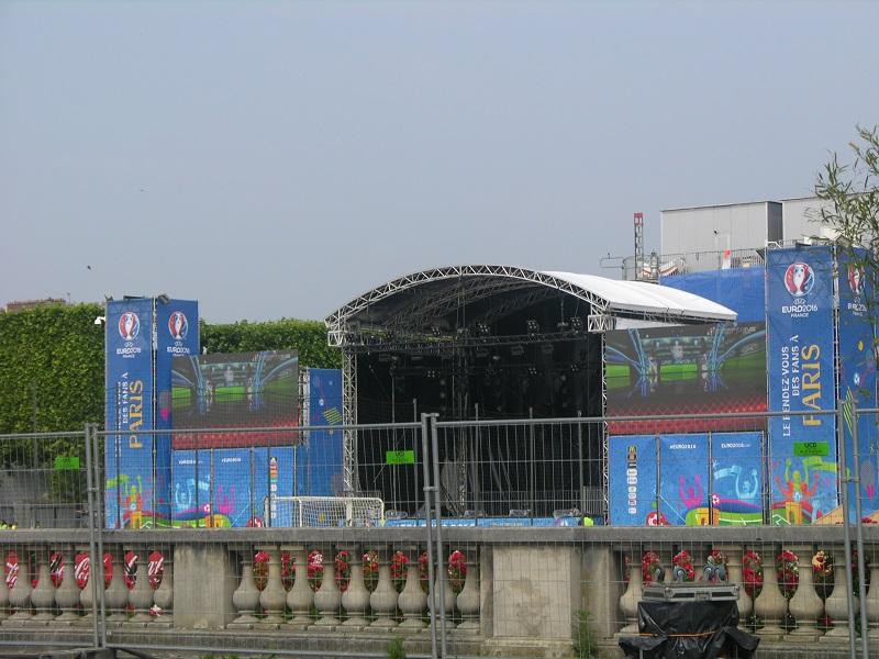 Petite scène de la Fan Zone Tour Eiffel